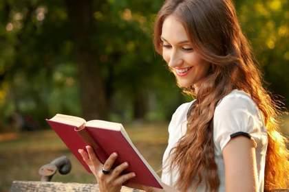 ある分野の専門書を読んで知識を深める人