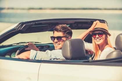 車に乗る男女
