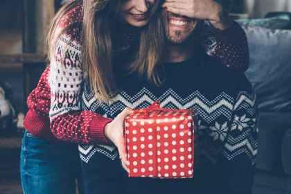 プレゼントをあげる女性