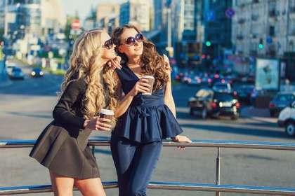 友人との時間を楽しむ女性
