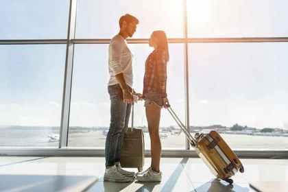 空港のカップル