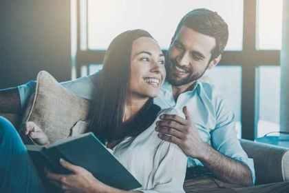 本を読む女性と男性