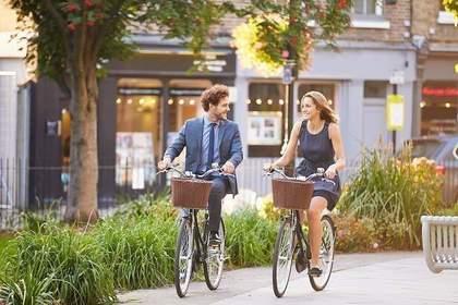 自転車で通勤中の男女