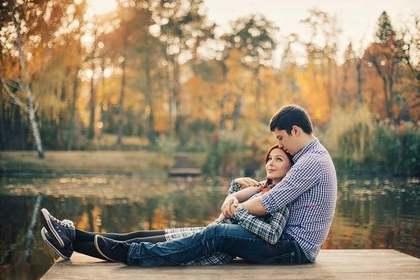 湖のほとりでデートしているカップル