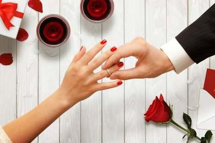 指輪をはめる手