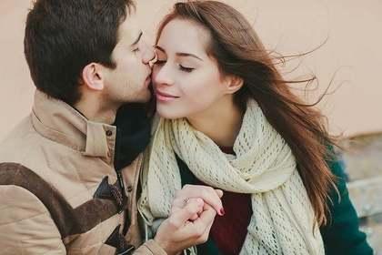 キスをされる女性