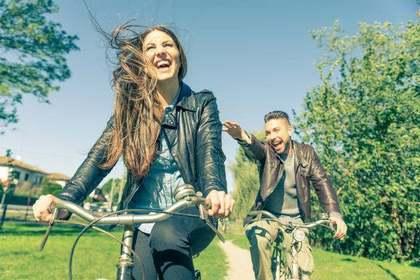 楽しそうに自転車に乗る女性