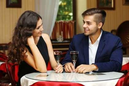 ワインを飲みながら談笑している男女