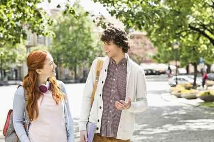 歩きながら会話をする男女