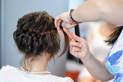 髪をつまむ美容師