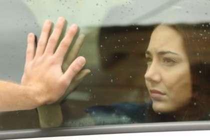 窓越しの女性