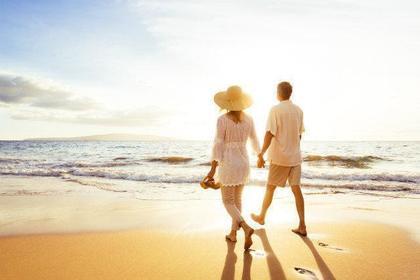 浜辺を歩く夫婦