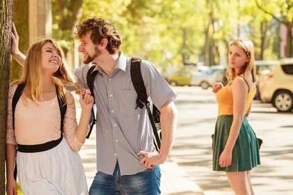 他の女性と話す男性を見る女性