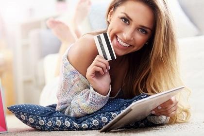 笑顔でカードを持つ女性