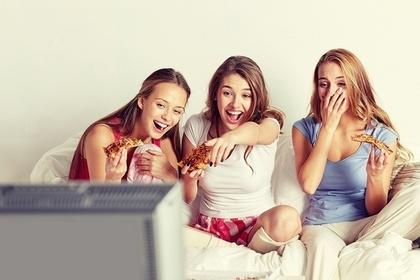 テレビを見て笑う女性たち
