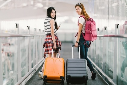空港でスーツケースを持った女性