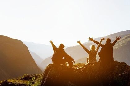 山頂で楽しむ男女