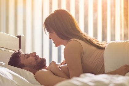 ベッドで過ごすカップル