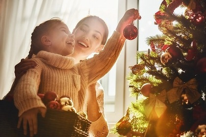 クリスマスの飾り付けをする親子