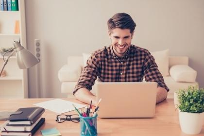 パソコンをしている青年