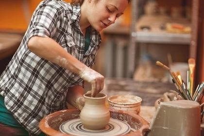 陶芸をする女性