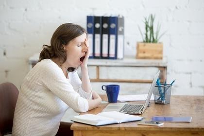 仕事中にあくびをする人