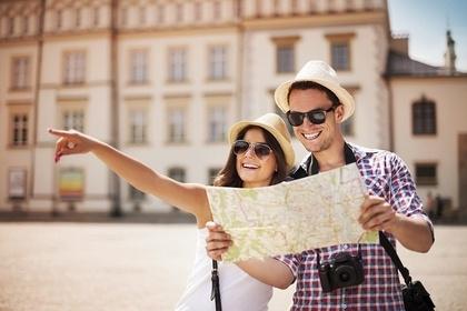 地図を見る男女