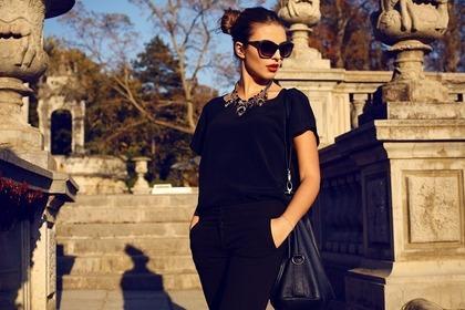 黒の服を着こなす女性