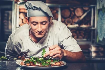 料理する男