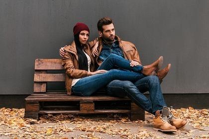 椅子に座っているカッコいいカップル