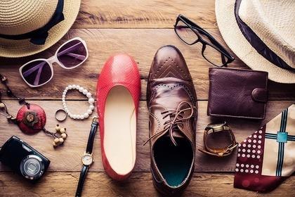 男女の靴や帽子・メガネなどの小物一式