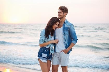 海辺で抱き合う男女