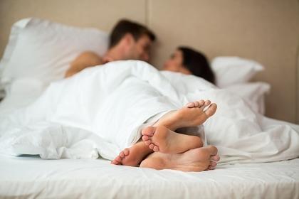 ベッドに寝ている男女