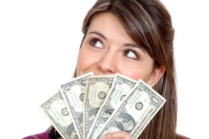 お金を持って考える女性