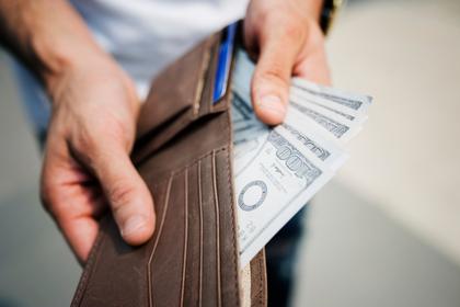 お金を出す男性