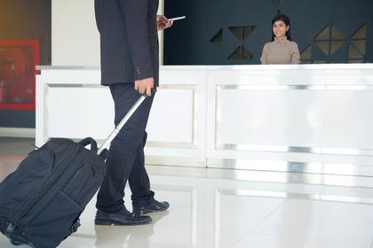 スーツケースを持つビジネスマン