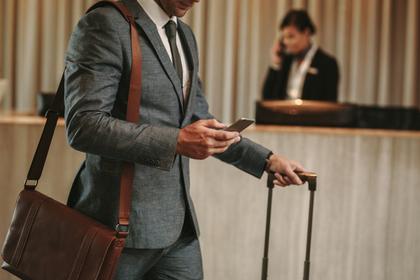 ビジネスバッグを持った男性