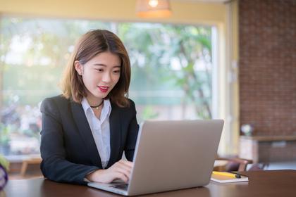 パソコンをしているスーツの女性