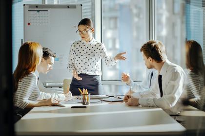 会議で発言する女性