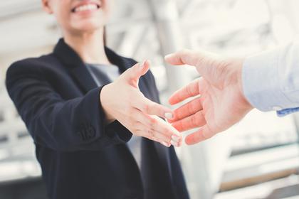 握手を求める女性