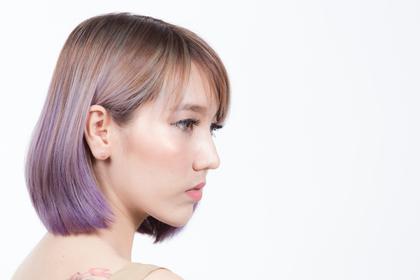 紫のカラーリングをしている女性