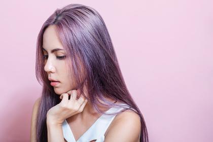 紫の髪色の女性