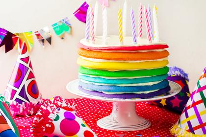 ろうそくが刺さったケーキ