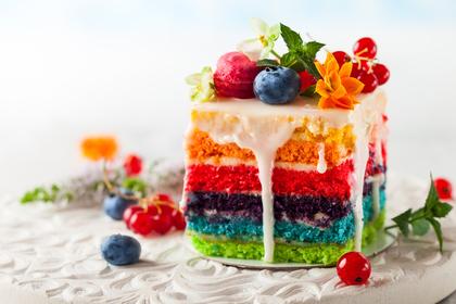 カラフルなケーキとフルーツ