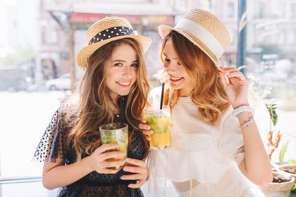 ジュースを飲む女性2人