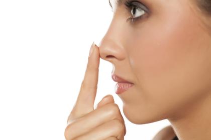 鼻を押さえる人