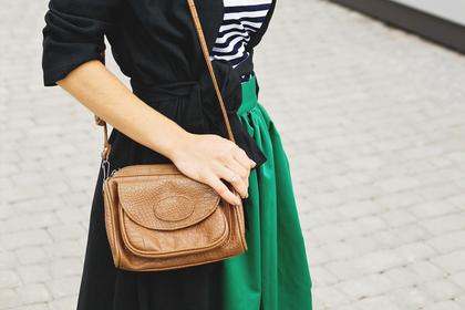 緑のスカートコーデの女性