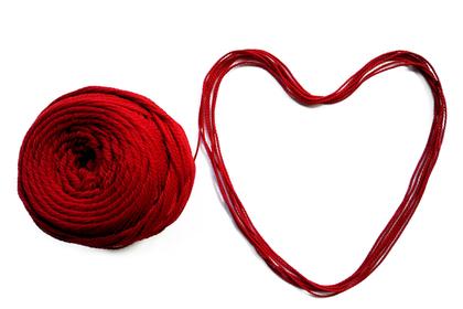 ハートに置かれた毛糸