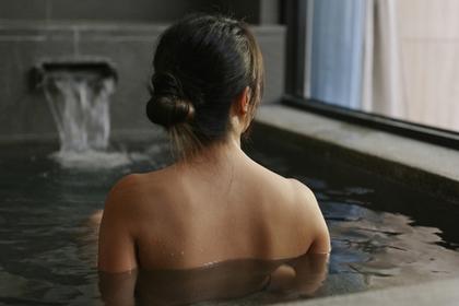 温泉でリラックスする女性