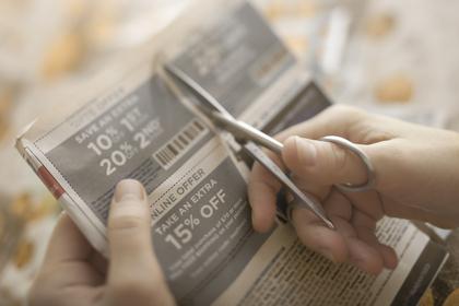 新聞を切り取る手